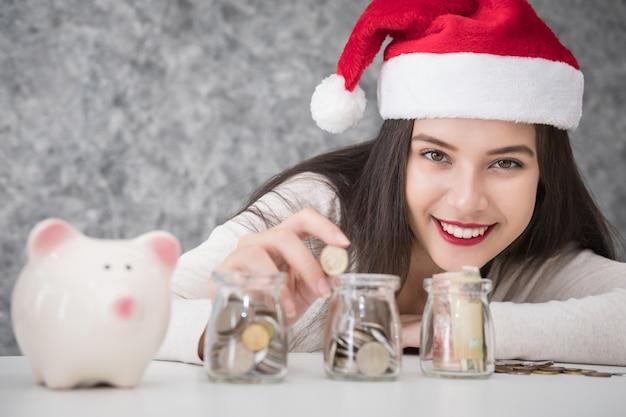 Mulher jovem e bonita economizando dinheiro
