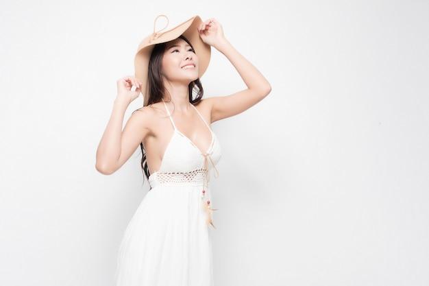 Mulher jovem e bonita elegante com vestido branco de verão isolado