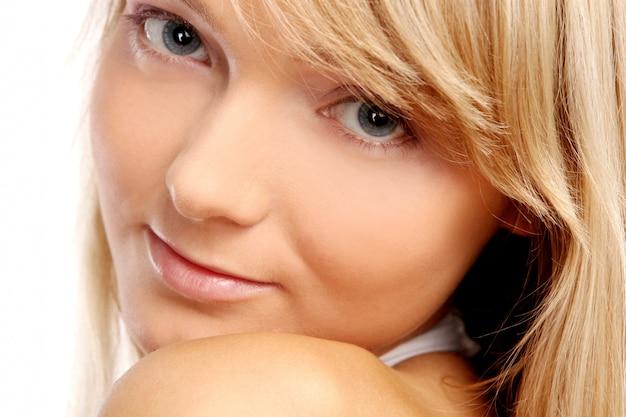 Mulher jovem e bonita em branco