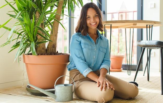 Mulher jovem e bonita em casa com plantas