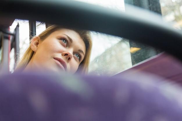 Mulher jovem e bonita em londres no ônibus de dois andares