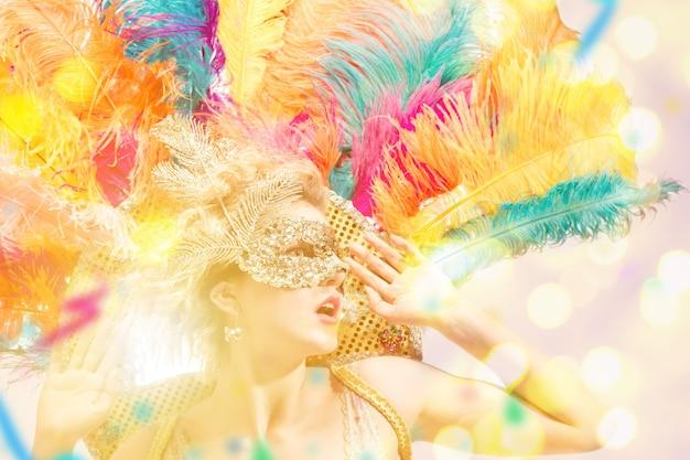 Mulher jovem e bonita em máscara de carnaval mulher modelo de beleza usando máscara de baile de máscaras