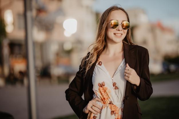 Mulher jovem e bonita em óculos de sol na cidade