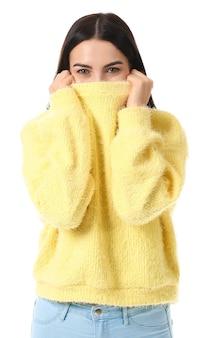 Mulher jovem e bonita em suéter quente