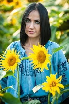 Mulher jovem e bonita em um campo de girassóis