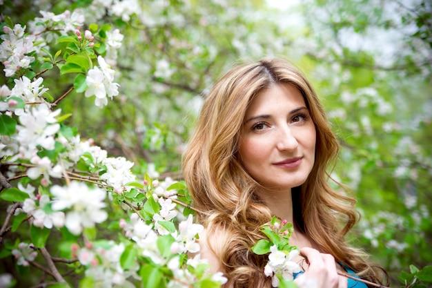 Mulher jovem e bonita em um jardim florido