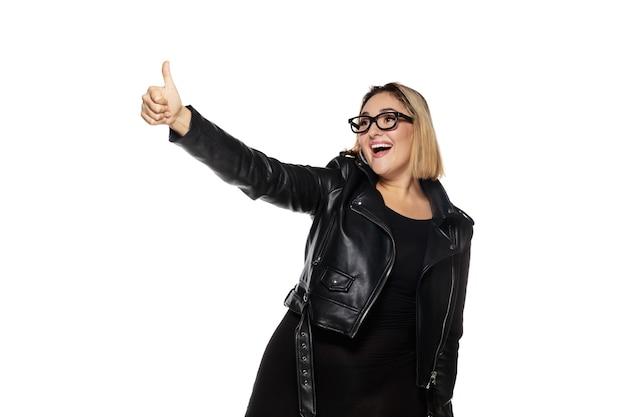 Mulher jovem e bonita em um traje preto, roupa elegante, isolada no fundo branco do estúdio