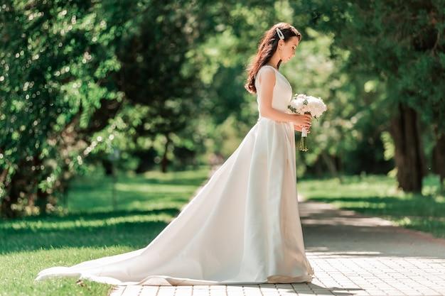 Mulher jovem e bonita em vestido de noiva