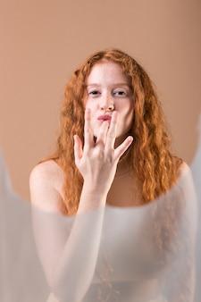 Mulher jovem e bonita ensinando linguagem de sinais