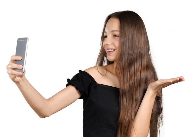 Mulher jovem e bonita está fazendo foto de selfie com smartphone