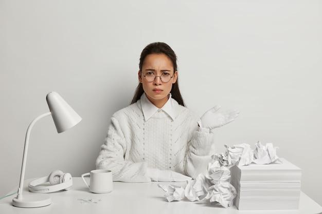 Mulher jovem e bonita estudando em sua mesa