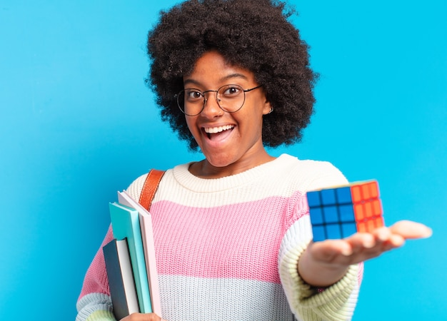 Mulher jovem e bonita estudante afro tentando resolver um problema de inteligência