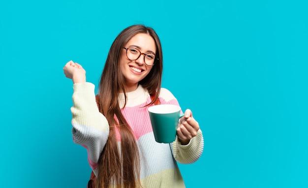 Mulher jovem e bonita estudante com uma xícara de café