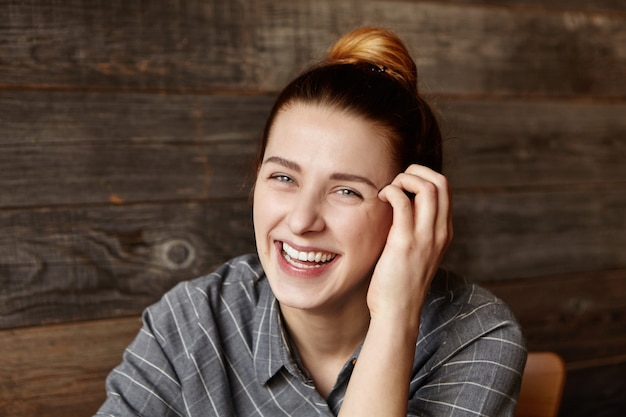 Mulher jovem e bonita europeia com sorriso carismático rindo alegremente
