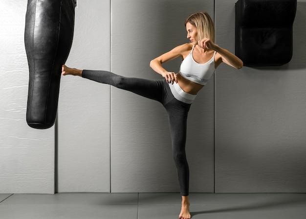 Mulher jovem e bonita exercitando na academia