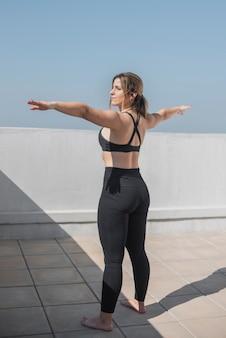 Mulher jovem e bonita exercitando