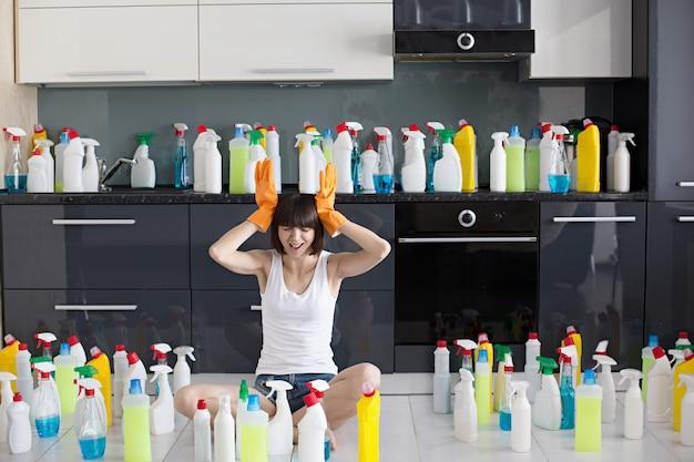Mulher jovem e bonita faz a limpeza da casa.