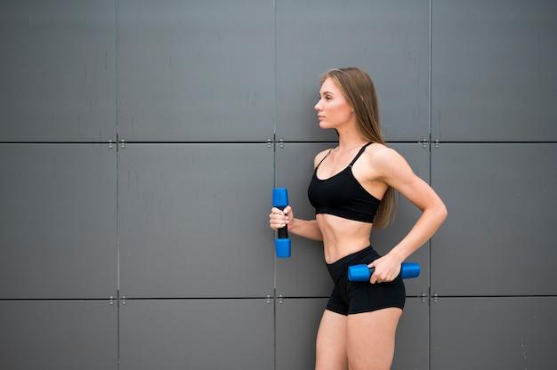 Mulher jovem e bonita fazendo exercícios de esporte