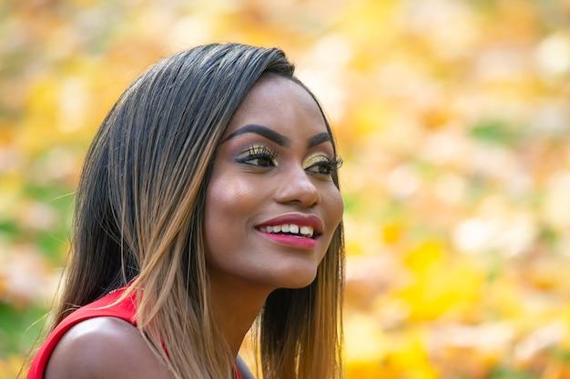 Mulher jovem e bonita folhas de outono