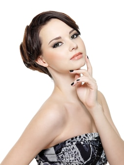 Mulher jovem e bonita glamour com maquiagem fashion e manicure