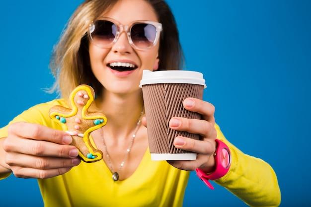 Mulher jovem e bonita hippie comendo biscoitos