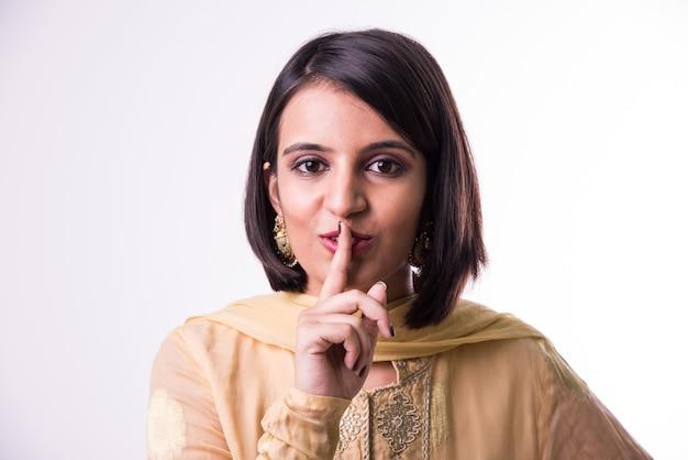 Mulher jovem e bonita indiana usando a linguagem de sinais das mãos para lhe dizer.
