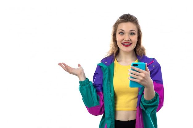 Mulher jovem e bonita jaqueta colorida usando smartphone