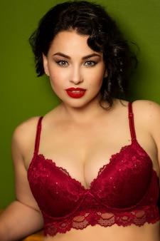 Mulher jovem e bonita mais o tamanho de lingerie no interior