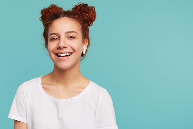 Mulher jovem e bonita morena com cabelo encaracolado e positiva