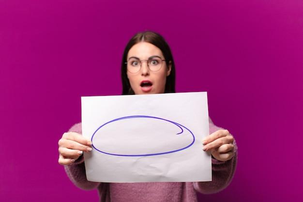 Mulher jovem e bonita mostrando uma folha de papel para comentários