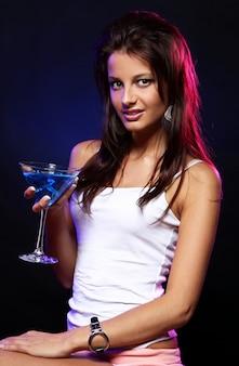 Mulher jovem e bonita na boate