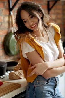 Mulher jovem e bonita na cozinha