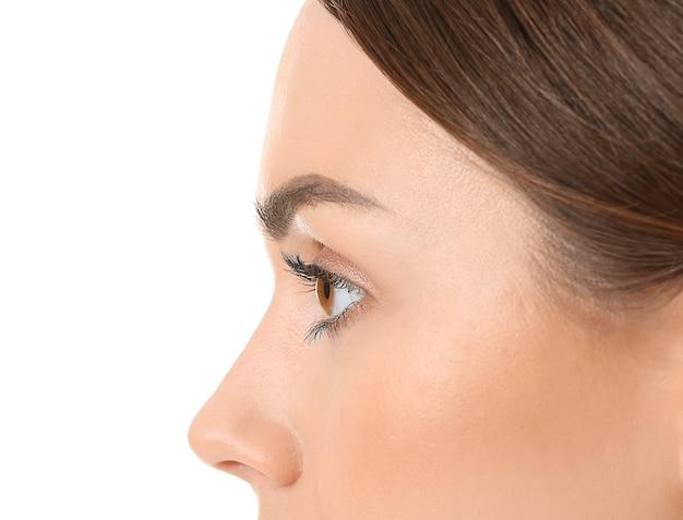 Mulher jovem e bonita na superfície branca, closeup. conceito de cirurgia plástica
