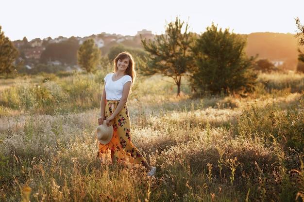 Mulher jovem e bonita no campo de verão