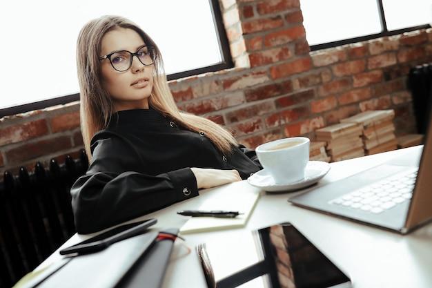 Mulher jovem e bonita no escritório em casa. trabalhando em casa. conceito de teletrabalho