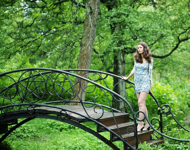 Mulher jovem e bonita no jardim