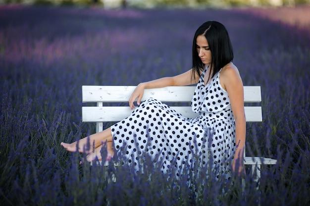 Mulher jovem e bonita no vestido ao ar livre