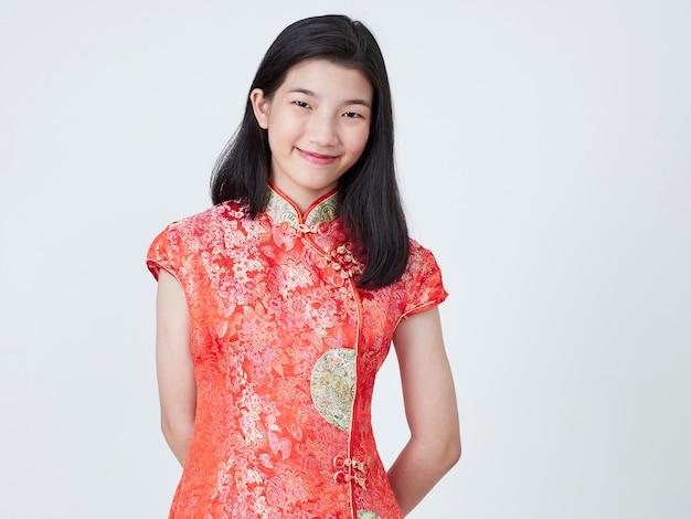 Mulher jovem e bonita no vestido chinês tradicional