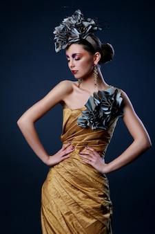 Mulher jovem e bonita no vestido elegante