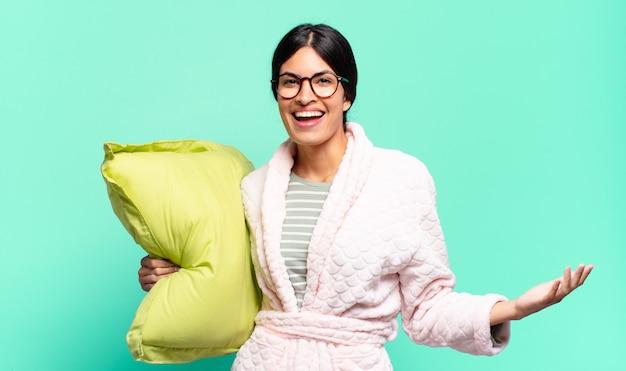 Mulher jovem e bonita parecendo feliz, arrogante, orgulhosa e satisfeita consigo mesma, sentindo-se o número um. conceito de pijama