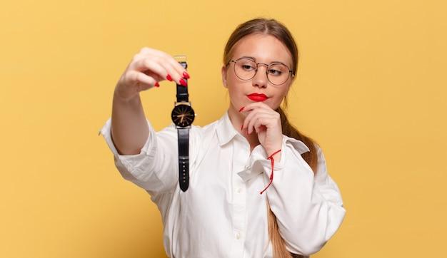 Mulher jovem e bonita pensando ou conceito de pontualidade confuso