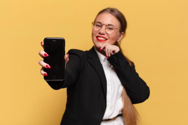 Mulher jovem e bonita. pensando ou duvidando da expressão conceito de telefone inteligente