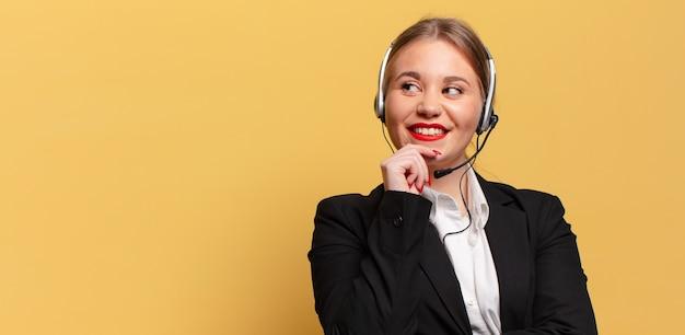 Mulher jovem e bonita. pensando ou duvidando do conceito de expressão de telemarketing