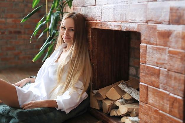 Mulher jovem e bonita posando em casa