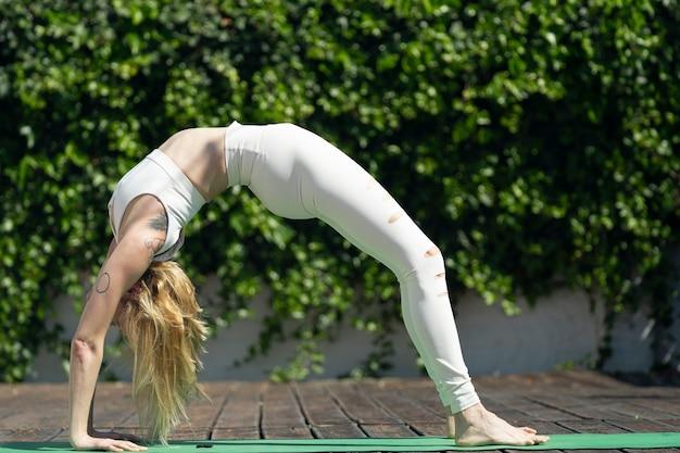 Mulher jovem e bonita praticando ioga