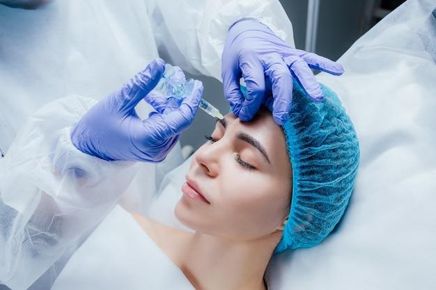 Mulher jovem e bonita recebendo tratamentos em salões de beleza