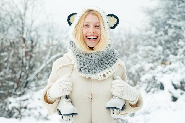 Mulher jovem e bonita rindo ao ar livre