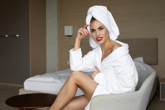 Mulher jovem e bonita saudável relaxando em um manto.