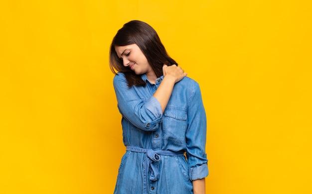Mulher jovem e bonita se sentindo cansada, estressada, ansiosa, frustrada e deprimida, sofrendo de dores nas costas ou no pescoço