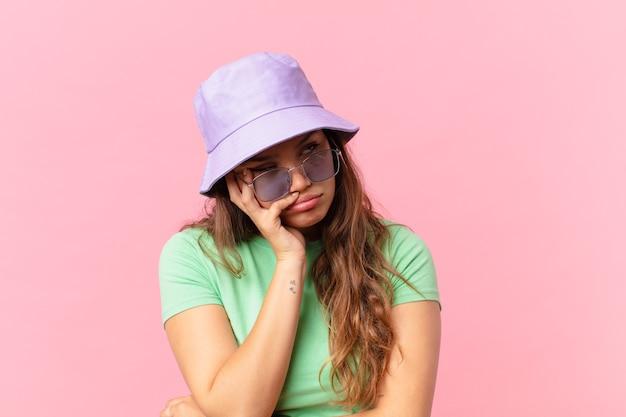 Mulher jovem e bonita se sentindo entediada, frustrada e com sono depois de um cansativo. conceito de verão